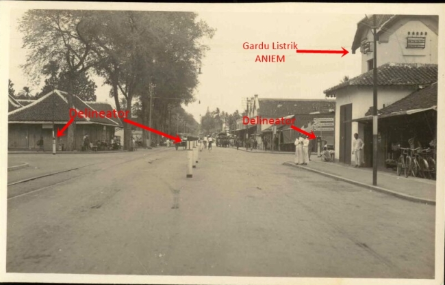 Perempatan Tugu sekitar tahun 1930. Foto diambil dari arah Nangkingstraat (atau barat perempatan tugu). Nampak dalam foto yang bertanda panah delinaetor dan Gardu Listrik ANIEM